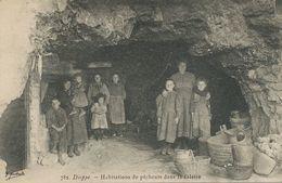 Habitations De Pecheurs Dans La Falaise . Fishermen Living Inside The Cliff. - Pesca