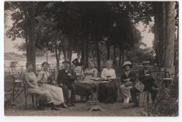 CARTE PHOTO ECRITE DE DAX EN 1922 : CURISTES DANS UN HOTEL - MAITRE D'HOTEL - AU FOND LE PONT SUR L'ADOUR -z 2 SCANS Z- - Dax