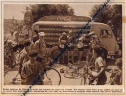1953 : CYCLISME, TOUR DE FRANCE, LES COUREURS SE DÉSALTÈRENT AUTOUR DU CAMION PUBLICITAIRE COCA-COLA AU BORD DE LA ROUTE - Sammlungen