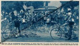 1953 : CYCLISME, TOUR DE FRANCE, LE PELOTON SE DÉSALTÉRANT AUTOUR DU CAMION COCA-COLA LORS D'UNE ANCIENNE ÉTAPE - Sammlungen