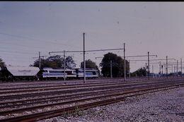Photo Diapo Diapositive Train Locomotive Diesel SNCF 72000 67000 Et Wagon De Céréales CTC à Moret Le 25/09/92 VOIR ZOOM - Diapositives