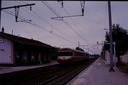 Photo Diapo Diapositive Slide Train Wagon Locomotive Autorail SNCF à Ferrières Vers Montargis Le 21/09/92 VOIR ZOOM - Diapositives