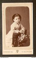 PHOTO FIN XIX ème SIECLE STUDIO TOURANCHET 17 Rue De La PAIX PARIS - PETITE FILLE PRIE DIEU PANIER De FLEURS - Antiche (ante 1900)
