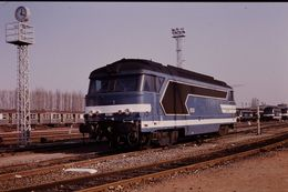 Photo Diapo Diapositive Slide Train Wagon Locomotive Diesel SNCF 67243 Et Banlieue à Tours Le 31/01/92 VOIR ZOOM - Diapositives