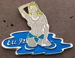 PIN UP - BLONDE DANS L'EAU - ETE 92 - TOPLESS   -  (26) - Pin-ups