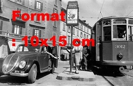 Reproduction D'une Photographieancienne D'une Femme Près D'un Tramway à Un Arrêtà Milan En Italie En 1950 - Reproducciones