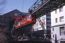 Reproduction D'une Photographie D'une Vue D'un Monorail Schwebebahn Circulant à Wuppertal En Allemagne En 1971 - Reproducciones