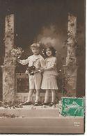 L100G415 - Couple D'Enfants Sur Une Terrasse Avec Des Fleurs à La Main -  REX N°4769 - Groupes D'enfants & Familles