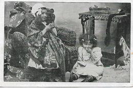 L100G418 - Mise En Scène De Deux Fillettes, L'une Faisant La Grand Mère, L'autre L'enfant Mangeant Un Gateau - Scènes & Paysages