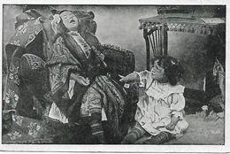 L100G420 - Mise En Scène De Deux Fillettes, L'une Faisant La Grand Mère Endormie Sur Le Fauteuil, L'autre L'enfant - Scènes & Paysages