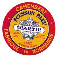 ETIQUETTE De FROMAGE..CAMEMBERT Fabriqué En NORMANDIE..Ecusson Bleu..distribué Par MARTIN à FORGES Les EAUX ( 76) - Cheese