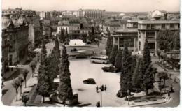 3XST  716. VICHY - PLACE DE L'HOTEL DE VILLE ET LA POSTE - Vichy