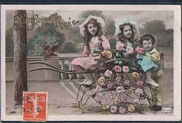 E158 GROUPE D'ENFANTS BROUETTE FLEURIE PHOTO D'ART - Groupes D'enfants & Familles