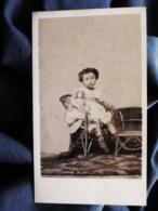 Photo Cdv Anonyme - Fillette Et Sa Poupée, Second Empire Circa 1865 L512 - Oud (voor 1900)