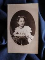 Photo Cdv Walery à Paris - Portrait émaillé Embossé, Jolie Fillette En Médaillon, Circa 1875 L512 - Anciennes (Av. 1900)