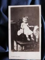 Photo Cdv Froment à Lodève - Second Empire, Jeune Enfant Sur Une Chaise, Jouet Bélier En Peluche, Circa 1860-65 L512 - Oud (voor 1900)