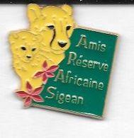 Pin's  Ville, Animaux  Sur  Publicité  Amis  Réserve  Africaine  Sigean  ( 11 ) - Animales