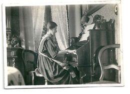 Photo Jeune Femme Au Piano Dans Mobilier Début 20 ème - Persone Anonimi