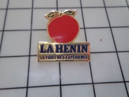1220 Pin's Pins / Beau Et Rare / THEME : BANQUES / POMME ROUGE LA HENIN La Banque Qui Vous Fait Avoir Des Pépins - Bancos