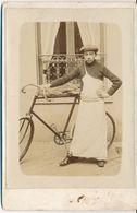 CABINET - Portrait D'un Commis Boucher ? Et Sa Bicyclette - Vélo - (anonyme - Ca 1900) (BP) - Fotos