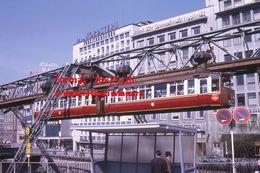 Reproduction D'une Photographie D'un Monorail Schwebebahn Circulant Dans Le Centre De Wuppertal En Allemagne En 1971 - Reproducciones
