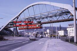 Reproduction D'une Photographie D'un Monorail Schwebebahn Au Dessus D'une Route à Wuppertal En Allemagne En 1971 - Reproducciones