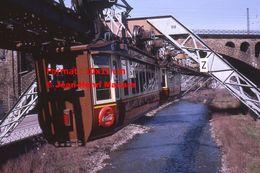Reproduction D'une Photographie D'une Vue Rapprochée D'un Monorail Schwebebahn à Wuppertal En Allemagne En 1971 - Reproducciones