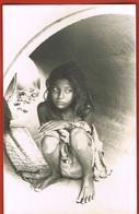 PHOTO Noir Et Blanc  - Jeune Fille - Mendiante Sous Un Pont- Format C.P 14 X 9 Cm- Scans Recto Verso - Afrique
