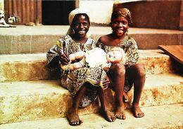 Carte Postale - Fillette Africaine Avec   Poupée Blanche    Doll - Poupées