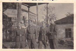 Foto Deutsche Soldaten Vor Wegweiser Ortskommandantur - Am Abspannpark Schtschigry - Russland Kursk 1942 - 8*5cm (51240) - War, Military