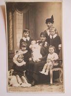 CARTE PHOTO  ENFANTS - Famille Nombreuse Et Fillette Avec Poupée Dans Les Bras - Datée 1916 - TBE - Gruppi Di Bambini & Famiglie