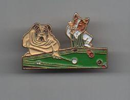 Pin's Chiens Jouant Au Billard Du Célèbre Tableau De Cassius Marcellus Coolidge , Dos Doré Attache 2 Points......BT15 - Animales
