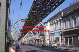 Reproduction D'une Photographie D'un Monorail Schwebebahn Au Dessus D'une Rue Commerciale à Wuppertal En Allemagne 1976 - Reproducciones