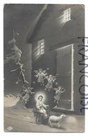 Enfant Jésus En Chariot Tiré Par Un Agneau, Ribambelle D'anges Sur Un Sentier Enneigé Devant Une Ferme Illuminée. - Gesù