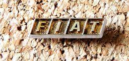 Pin's FIAT Logo 23x6mm - Doré - Fabricant Inconnu - Fiat