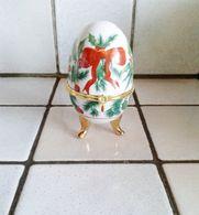 Oeuf En Porcelaine Décor Noel Houx Et Bougies Fermeture Fleur ( D'autres Sur Le Site) - Eggs