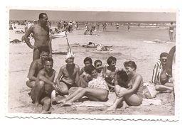 Photo Originale , Famille Sur La Plage , Dim. 8.5 Cm X 5.5 Cm - Persone Anonimi