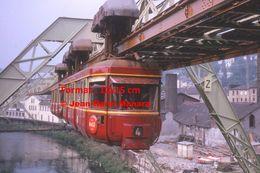 Reproduction D'une Photographie D'une Vue Rapprochée D'un Monorail Ligne 4 à Wuppertal En Allemagne En 1964 - Reproducciones