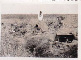 Foto Deutsche Soldaten In Stellung Mit Kind - Funker Zelt - Russland 1942 - 8*5cm (51256) - Guerra, Militares