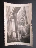 PHOTO BELGIQUE (M2003) JEUNE HOMME DEVANT CHEZ LE COIFFEUR (2 Vues) - Lugares