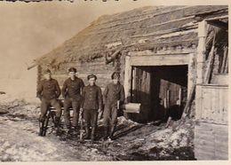 Foto Deutsche Soldaten Vor Bauernhaus - Russland 1942 - 8*5,5cm (51257) - Guerra, Militares