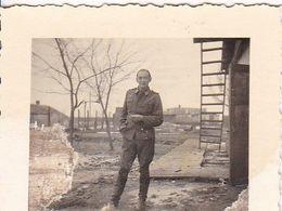 Foto Deutscher Soldat Vor Bauernhaus - Russland 1942 - 5*4cm (51258) - Guerra, Militares