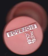 65886- Pin's.Bourjois, Maquillage, Cosmétique Et Produits De Beauté.signé Acabi. - Parfum
