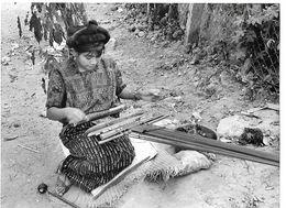 Photo Guatemala Aux Bords Du Lac Atitlan, La Tradition Indigène Du Tissage Ph. Vivant Univers 2000 . - Lugares