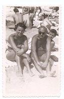 Photo Originale , Femme Et Homme Assis En Maillot De Bain, Dim. 5.5 Cm X 8.5 Cm - Personas Anónimos