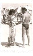 Photo Originale , Femme Et Homme En Maillot De Bain Sur La Plage , Dim. 5.5 Cm X 8.5 Cm - Personas Anónimos