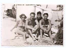 Photo Originale , Femmes Et Hommes En Maillot De Bain Sur La Plage , Dim. 8.5 Cm X 5.5 Cm - Personas Anónimos