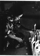 Photo Guatemala. Chichicastenango, Femme Indigène Ajoute Un Cierge Devant La Vierge..Ph. Vivant Univers 2000 . - Lugares
