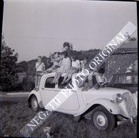 NEGATIF PHOTO ORIGINAL 6x6 Groupe Enfants Petite Fille Garçon Sur Citroen Traction Avant Blanche Cliché Amateur - Cars
