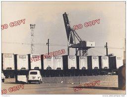 Au Plus Rapide Port De Fos Sur Mer La Renault 4 L Et Les Containers - Cars